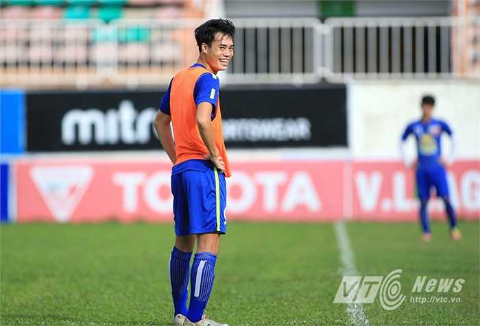 Văn Toàn cười tươi trước bài tập đối kháng, trong buổi tập cuối cùng của HAGL ở sân Pleiku trước khi toàn đội di chuyển xuống Nha Trang. (Ảnh: Minh Trần)