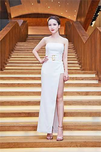 Tối qua, Yến Trang đã xuất hiện trở lại sau thời gian dưỡng thương, những vết thương của vụ tai nạn chỉ còn lại những vết nhỏ không ảnh hưởng nhiều đến nhan sắc xinh đẹp của cô ca sĩ. Yến