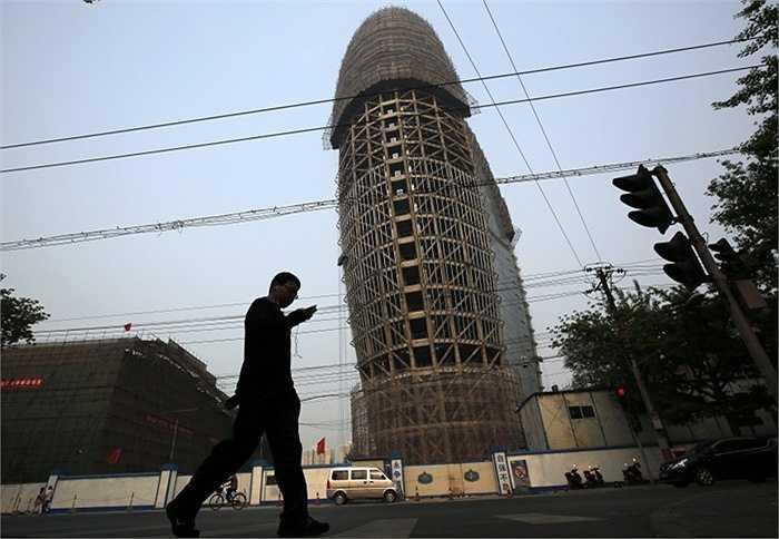 Tòa báo Daily ở thủ đô Bắc Kinh, Trung Quốc có lẽ cần phải nhận cảnh báo NSFW. Cấu trúc của văn phòng này thực sự đã gây nhiều tai tiếng vì sự bất hợp lí và kì quặc trong thiết kế. Nhiều người cho rằng kiến trúc sư cần cân nhắc việc bỏ phần 'nắp' trên chiếc nấm 'khổng lồ' này..