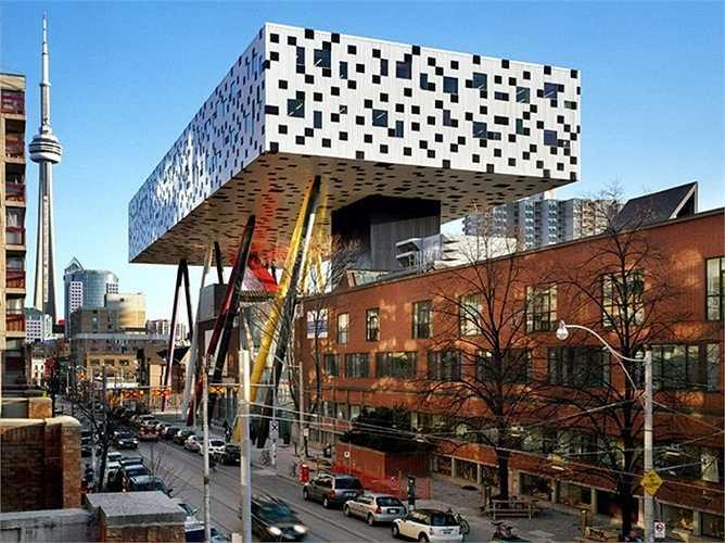 Sharp Centre for Design có hình dạng của một khối hình chữ nhật như trò chơi xếp hình với chân bút chì khổng lồ làm trụ đỡ. Thiết kế vụng về này được cho là không hợp lí với không gian xung quanh. Trông nó giống như một cỗ máy chiến trang khổng lồ dựng lên giữa thành phố.