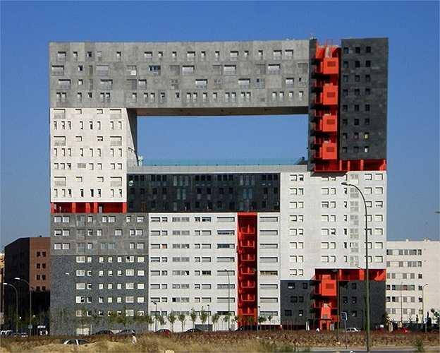Tòa nhà Mirador thuộc thành phố Madrid, Tây Ban Nha thực sự là một thảm họa kiến trúc. Các kiến trúc sư bị ảnh hưởng bởi trẻ nhỏ hay nghiện trò chơi Lego khi nghĩ ra ý tưởng thiết kế này?