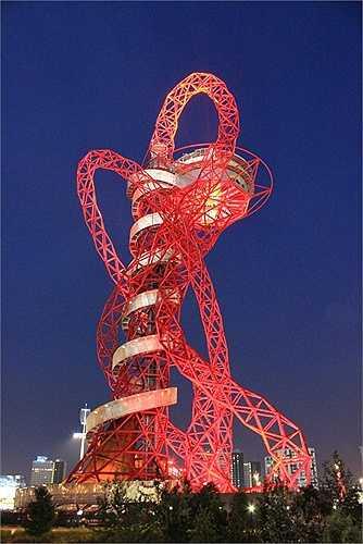 Nằm bên công viên Olympic Luân Đôn ở Stratford, phía đông Luân Đôn, tháp The Orbit là một bài học cho nền kiến trúc nước này. Tòa tháp giống như một người khổng lồ đang cố gắng nắn từng đốt xương rắn và cuốn chúng vào tấm bê tông thừa hay như một tàu lượn siêu tốc đâm vào tòa tháp.