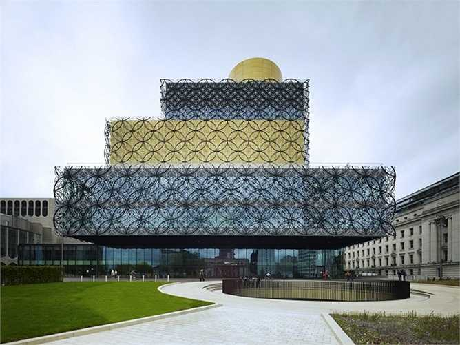 Có vẻ thành phố lớn thứ hai nước Anh có xu hướng xây dựng những tòa nhà độc và lạ nhất. Xếp thứ 12 là thư viện Birmingham. Các tầng trên của tòa nhà giống như những gói quà được gói trong dịp giảng sinh ở các cửa hàng lưu niệm.