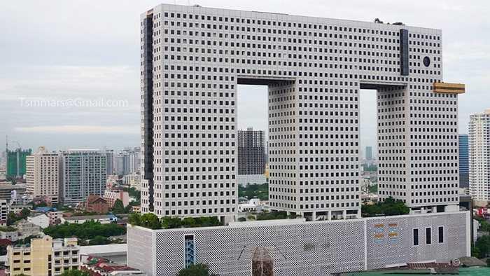 Tòa nhà Chang ngay giữa thủ đô Bangkok, Thái Lan còn được gọi là 'nhà voi' bởi thiết kế kì lạ của nó, mô phỏng một chú voi khổng lồ. Thế nhưng thiết kế này khá thô. Nhìn bề ngoài, người ta có thể liên tưởng đến những trò chơi điện tử Pixels từ những năm 80.