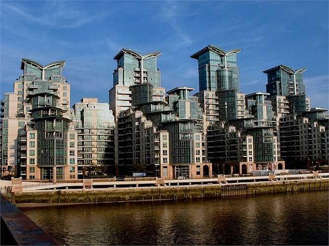 Nằm giữa thành phố Luân Đôn, Anh, Cảng St.George Lambeth như những khối nhà xếp thành từng tầng bậc thang với ngọn tháp cánh trên đỉnh mỗi tòa. Cánh tháp xòe như cánh chim hay quyển sách đang mở. Luân Đôn được biết đến là táo bạo trong kiến trúc nhưng có lẽ tòa nhà này không phải là một ví dụ đẹp.