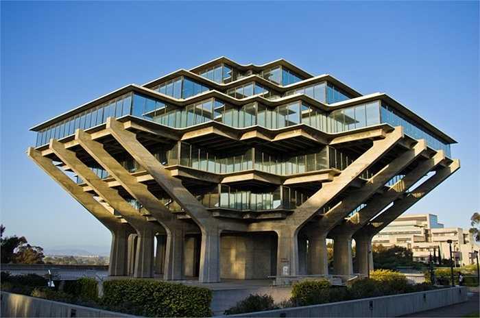 Thư viện Geisel thuộc đại học California, nằm ở bờ Tây nước Mỹ, quê hương của Hollywood. Bang California nổi tiếng với những kiến trúc sắc sảo nhưng tòa nhà như lọt thỏm trong một giỏ hàng khổng lồ bị biến dạng này có lẽ không phải điều người ta mong chờ. Nó tạo cảm giác nặng nề và tù túng cho sinh viên.