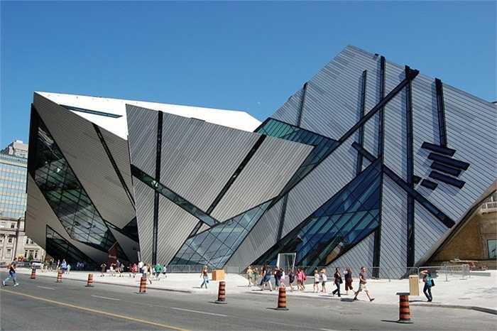 Xếp thứ 8 trong danh sách là bảo tàng Royal Ontario ở Toronto, Canada. Người ta có thể liên tưởng đến những gì khi nhìn vào thiết kế kì lạ này của nó: một pháo đài? Một cỗ máy bị phá vỡ hay thiên thạch khổng lồ rơi xuống Trái Đất?
