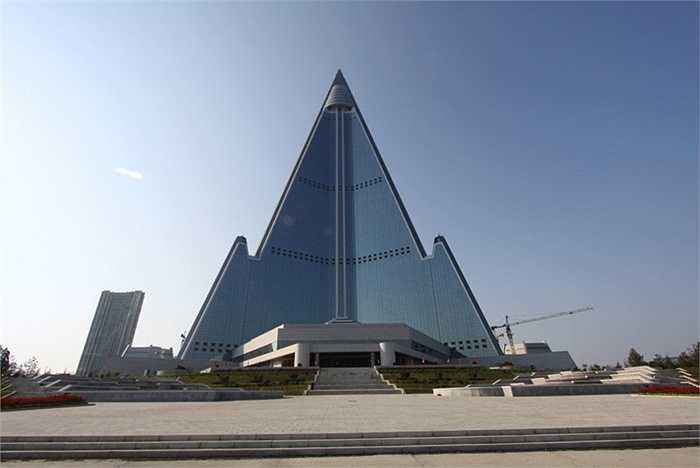 Được mệnh danh là khách sạn của sự diệt vong, Ryugyong ở thủ đô Pyongang, Bắc Triều Tiên được thiết như một tên lửa có hình con voi trắng. Tuy nhiên, khách du lịch đến đây được đảm bảo sẽ nhận được những dịch vụ tốt và thân thiện nhất.