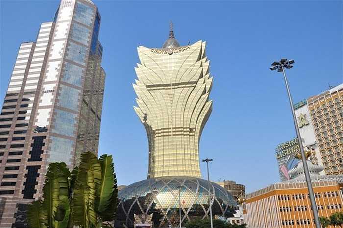 Khách sạn The Grand Lisbos thuộc Macau, Trung Quốc bề ngoài giống như một quả trứng ảo giác bị xuyên thủng bởi đầu hoa khổng lồ. Hay những nhà kiến trúc sư muốn mô phỏng một cuộc bùng nổ của động vật và thực vật trên hành tinh chúng ta?