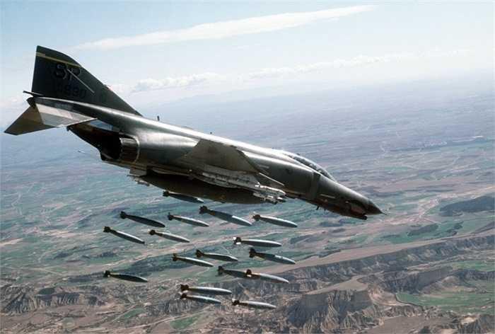 F-4 Phantom II. Tốc độ tối đa: 2.400 km/h. Chiếc máy bay có người lái siêu tốc này được ra đời vào năm 1958 và được chính thức sử dụng vào năm 1960. Hải quân Mỹ là những người đầu tiên điều khiển F-4 Phantom và sau đó rất nhiều quân chủng khác đã sử dụng