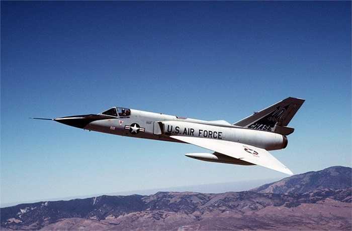 Convair F-106 Delta Dart. Tốc độ tối đa: 2430 km/h. Đây là chiếc máy bay được ra đời vào năm 1956 với nhiệm vụ chính là đối trọng của máy bay ném bom Xô-viết từ thời kỳ chiến tranh lạnh. Đặc biệt, Convair F-106 được trang bị radar siêu phức tạp và giúp tìm ra đối thủ nhanh chóng