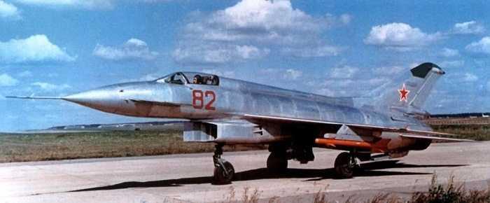 Mikoyan Ye-152. Tốc độ tối đa: 3030 km/h. Mikoyan Ye-152 ra đời nhưng không được sử dụng quá nhiều và chủ yếu được phục vụ cho phát triển các thế hệ máy bay sau 'khủng khiếp' hơn