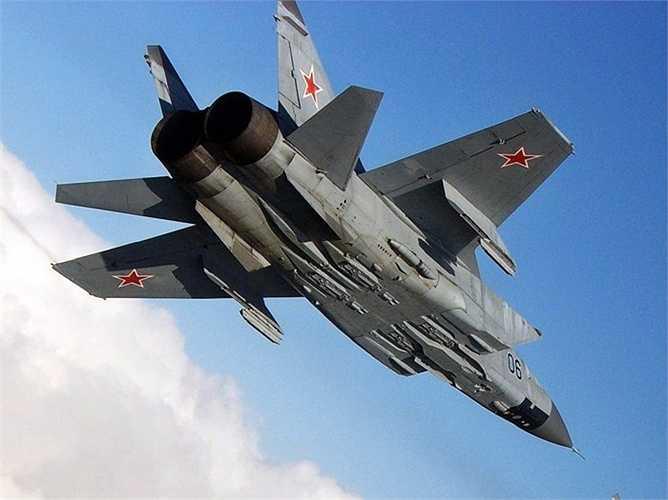 Mikoyan MiG-31 Foxhound. Tốc độ tối đa: 2993 km/h. Được ra đời cách đây hơn 30 năm, tuy nhiên, MiG-31 của Xô-viết vẫn được coi là chiếc máy bay nhanh nhất từng được thiết kế và Quân đội Nga đang lên kế hoạch kéo dài tuổi thọ của Mig-31 đến năm 2030