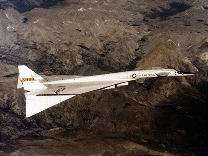XB-70 Valkyrie. Tốc độ tối đa: 3310 km/h. XB-70 được nghiên cứu nhằm tạo ra thế hệ US B70 hoàn hảo hơn khi có thể ném bom chính xác ở tốc độ Mach 3. Tuy nhiên, đáng tiếc là model hoàn hảo này không thể thành công
