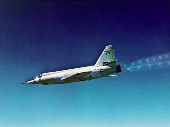 Bell X-2 'Starbuster'. Tốc độ tối đa: 3369 km/h. 'Con chim sắt' này được thiết kế để kiểm tra vận tốc Mach 2 và Mach 3. Phi công Milburn G. Apt sau khi vượt qua vận tốc Mach 3 trong một chuyến bay đã tử nạn