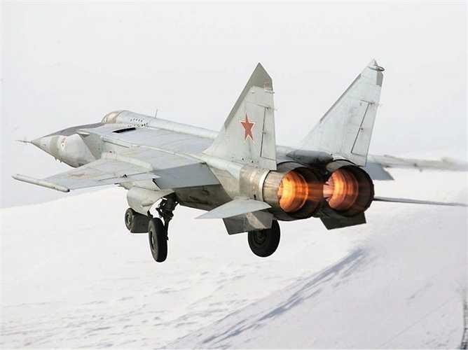Mikoyan-Gurevich MiG-25 Foxbat. Tốc độ tối đa: 3492 km/h. Vào thời điểm ra mắt, thế hệ MiG-25 đã gây được tiếng vang khi ngay lập tức đạt được tốc độ siêu 'khủng'