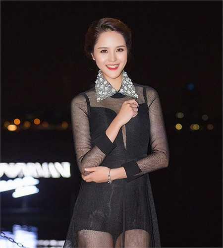 Người đẹp 21 tuổi chọn bộ cánh lưới màu đen xuyên thấu.