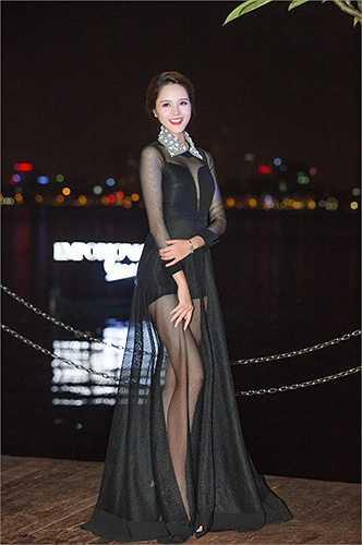 Bộ cánh giúp Á hậu khoe được đôi chân dài nuột nà và hút mọi ánh nhìn của các vị khách tại sự kiện.