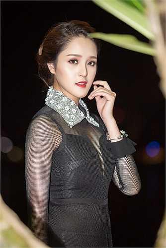 Mỗi lần đi event, cô thường nhờ những nhà thiết kế ở Hà Nội hoặc Sài Gòn chuẩn bị trang phục, phù hợp với ngoại hình của cô và sự kiện mình tham dự.