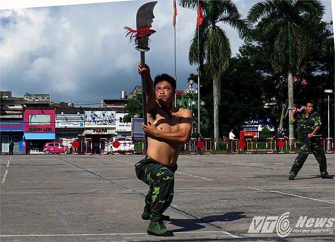 Bài đại đao 'Siêu xung thiên' của môn phái võ cổ truyền do thiếu tá Trần Trí Dũng - Học viện Biên phòng và 2 chiến sĩ BĐBP biểu diễn song công.