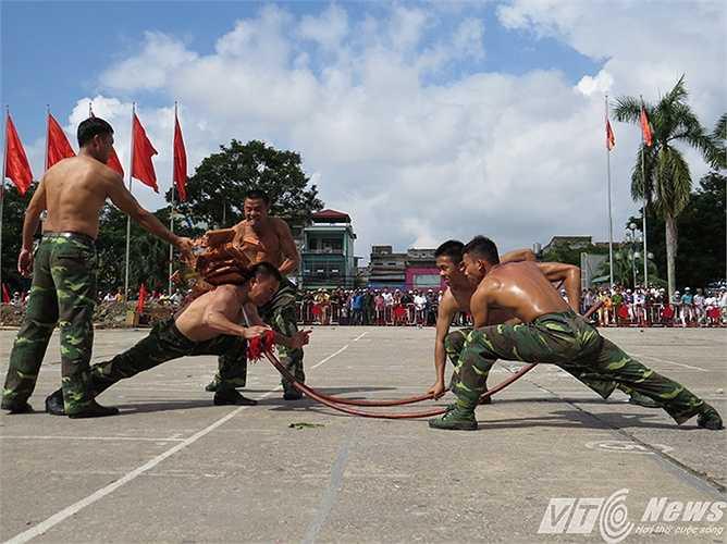 Đập ngói trên lưng, hàng ngàn người dân TP Hải Phòng đã đến theo dõi và cổ vũ nhiệt liệt với các màn biểu diễn tuyệt kỹ của các cán bộ, chiến sỹ và chó chiến đấu của Bộ đội Biên phòng Việt Nam.