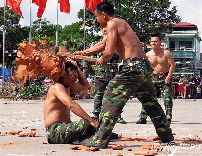 Màn biểu diễn thiết đầu công dùng búa tạ đập ngói trên đầu do đồng chí Đinh Ngọc Hòa thực hiện.