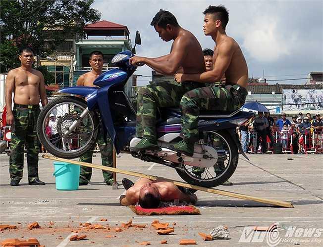 Màn biểu diễn luyện khí công nằm trên đống tinh dùng xe máy chạy qua người do đồng chí Nguyễn Mạnh Trường thực hiện