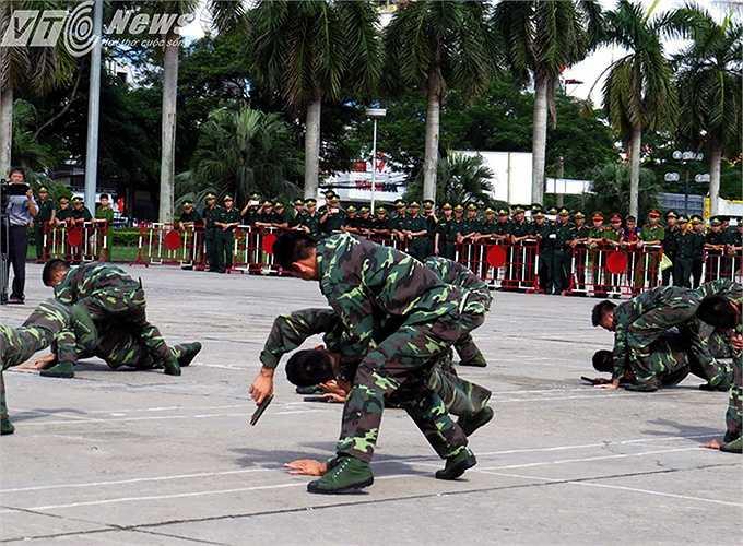 Biểu diễn bài võ đánh bắt đối tượng sử dụng vũ khí.
