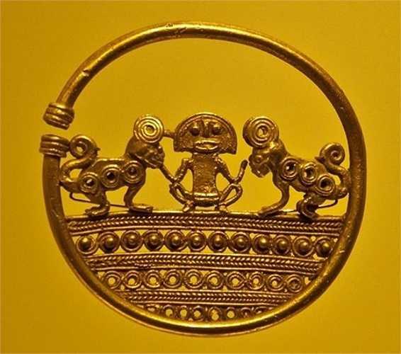 Một kịch bản khác cho rằng người Inca ném tất cả đồ vật bằng vàng xuống một hồ để người Tây Ban Nha không thể lấy chúng.