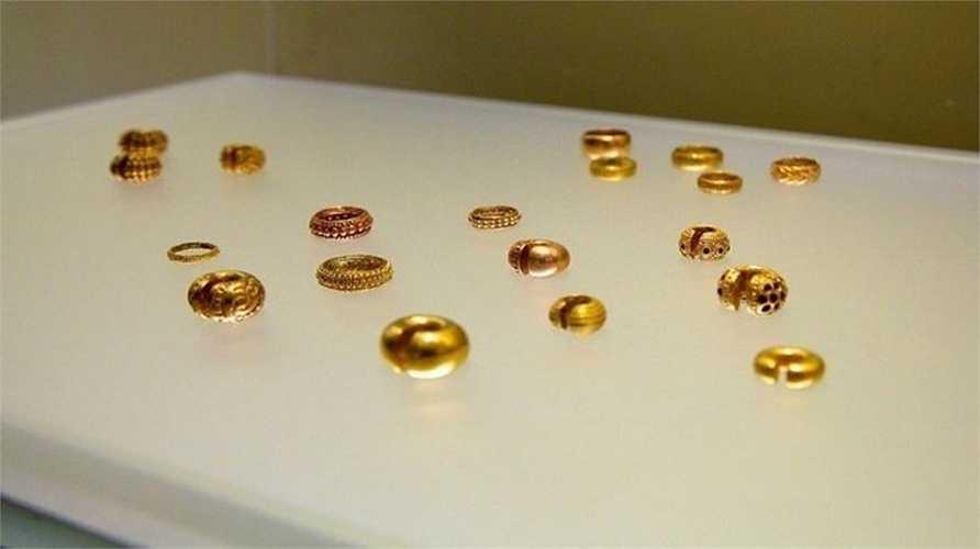 Bộ sưu tập trong bảo tàng gồm hơn 34.000 đồ vật bằng vàng. Chúng là di vật của những nền văn hóa của người dân bản xứ từ hơn 500 năm trước, từ thời Đế chế Inca tới những nền văn minh từng tồn tại trước đó