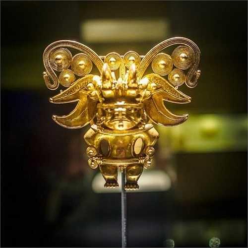 Mảnh giáp che ngực có hình dạng giống người dơi. Khi thực dân Tây Ban Nha tới Nam Mỹ vào thế kỷ 16, họ nhanh chóng cướp hàng trăm tấn vàng và bạc của Đế chế Inca. Người Inca chỉ kịp giấu một phần báu vật trong những ngôi mộ bí mật và nhiều đền thờ linh thiêng. Ngày nay người ta trưng bày chúng trong Bảo tàng Vàng.
