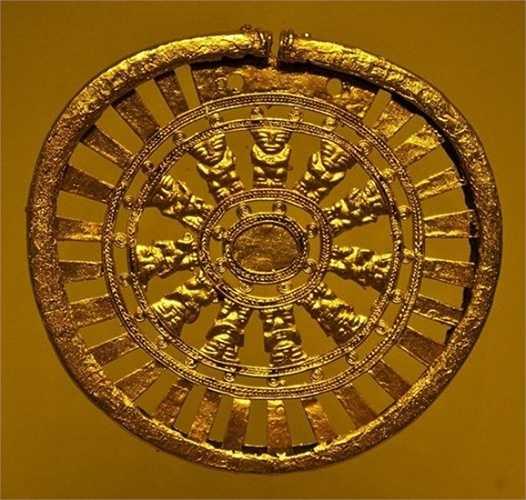 Theo truyền thuyết, khi thực dân Tây Ban Nha bắt được vua Atahualpa của Đế chế Inca, họ hứa rằng Atahualpa sẽ tự do nếu ông chuộc mạng bằng lượng vàng đủ lớn để chất đầy trong một căn phòng. Ngoài ra Atahualpa phải nộp một lượng bạc gấp đôi số vàng.
