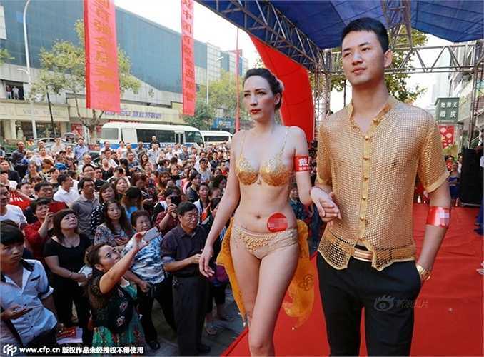 Một cửa hàng vàng ở Hồ Bắc, Trung Quốc mới đây đã giới thiệu áo bằng vàng 3kg dành cho nam và bikini bằng vàng ròng 3kg dành cho nữ