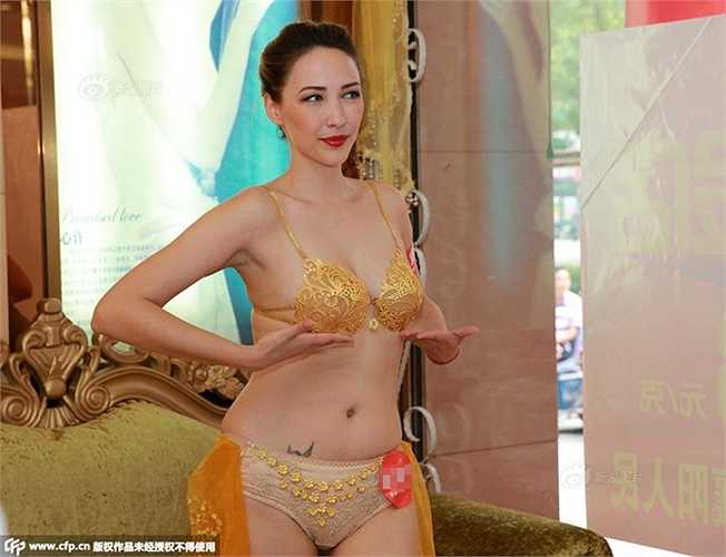 Mục đích của việc này là thu hút công chúng. Với sự độc đáo này, nhiều khách hàng đã tới và xem tận mắt những trang phục bằng vàng ròng