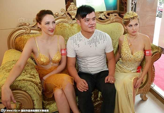 Bộ bikini bằng vàng có giá lên đến hàng triệu nhân dân tệ, mất nhiều tháng trời để thiết kế và cho ra sản phẩm