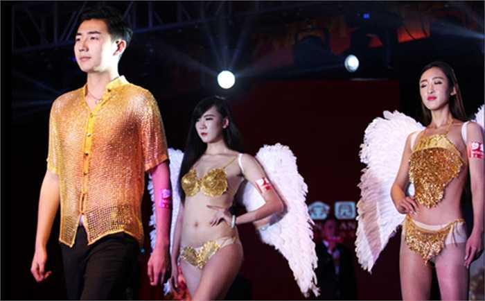 Tại sự kiện này, chiếc áo vàng cho nam và 2 bkini cho nữ đã được giới thiệu nặng lần lượt là 3kg và 1,5kg