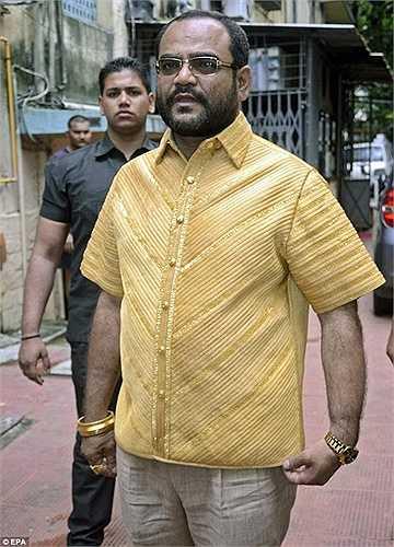 Ông Parakh (Ấn Độ) cũng từng đầu tư số tiền lên đến 125.000 bảng để mua vàng và thuê hơn 20 nhân công thiết kế lên chiếc áo trị giá 250.000 USD