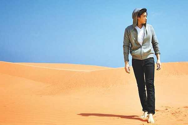 So Ji Sub trông rất nam tính và mạnh mẽ khi sải những bước dài trên bãi cát trắng mịn, thoai thoải ở Mũi Né.