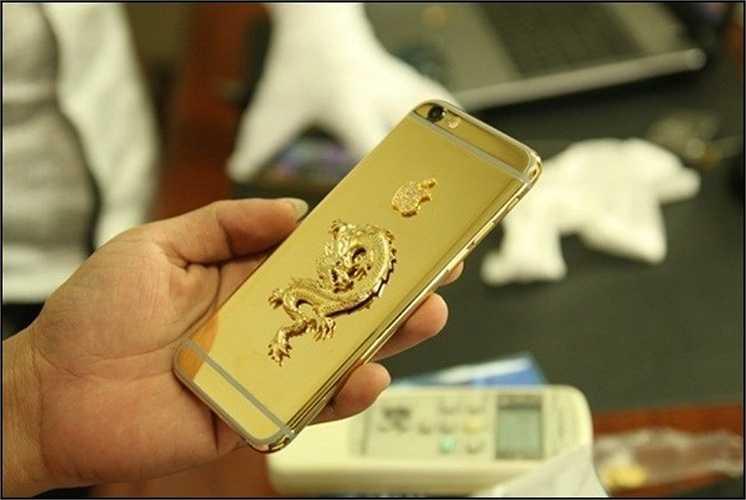 iPhone 6 phiên bản 'Rồng đúc vàng' nguyên khối tại Việt Nam: Chiếc iPhone 6 chạm khắc hình rồng mạ vàng 24k với ốp lưng rồng đúc vàng nguyên khối xuất hiện tại Việt Nam đã gây xôn xao.