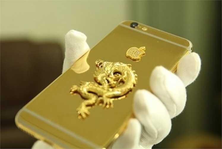 Sản phẩm hút hồn giới đại gia này có ốp lưng là rồng đúc vàng nguyên khối được chế tác mạ vàng bởi một đơn vị mạ vàng chuyên nghiệp tại Hà Nội.