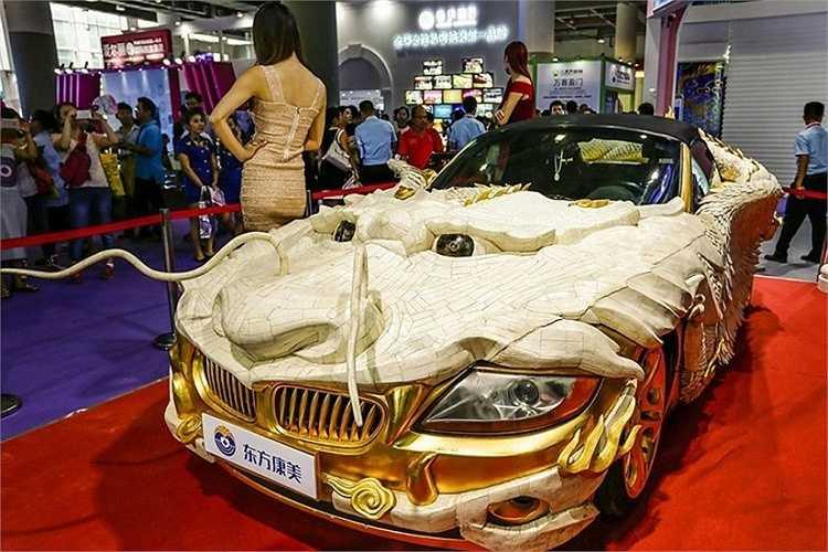 Chiếc siêu xe 'rồng bay' được chế tác với 30.000 mảnh xương bò Tây Tạng và 1.999 miếng vàng ròng ở Trung Quốc.