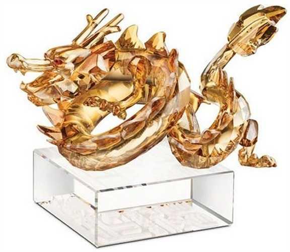 Bức tượng hình rồng bằng pha lê Swarovski có giá 20.000 USD và chỉ có 888 chiếc được sản xuất. Có tất cả 66.219 viên pha lê để tạo ra hình rồng.
