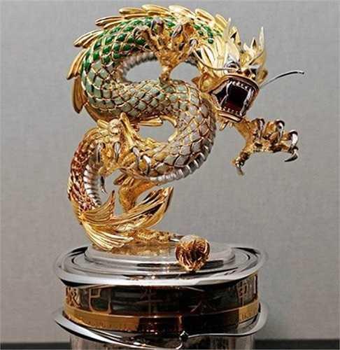 Chiếc đồng hồ phiên bản rồng của thương hiệu đồng hồ hạng sang của Thụy Sĩ Parmigiani Fleurier có giá tới 3,5 triệu USD và chỉ có một chiếc duy nhất. Vật trang sức đặc biệt này tốn tới 6.000 giờ chế tác với các loại vật liệu quý như vàng, bạc, ngọc tự nhiên.