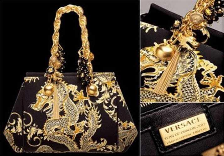Túi xách Versace phiên bản rồng: Với các tín đồ hàng hiệu, chiếc túi xách Versace phiên bản rồng vàng với những họa tiết rất bắt mắt và sang trọng hút hồn giới đại gia. Vật phẩm đặc biệt này có mức giá là 5.017 USD.