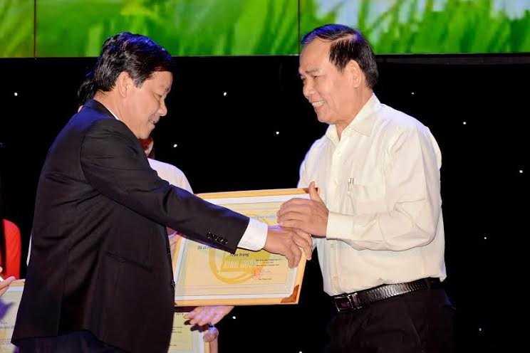 Đại diện Tân Hiệp Phát nhận bằng khen của ông Trần Thanh Liêm, Ủy viên Thường vụ, Phó Chủ tịch Thường trực UBND tỉnh