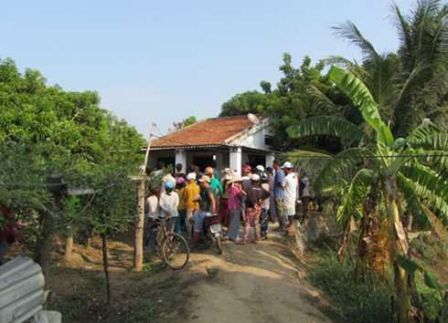 Người dân tụ tập tại nhà ông Tấn theo dõi vụ việc.