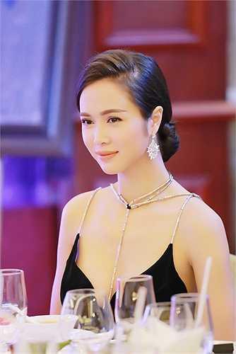 Ngắm vẻ đẹp của 'người tình tin đồn' Trần Bảo Sơn trong sự kiện tối qua.