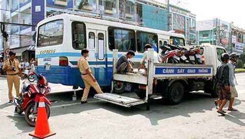 Xe máy va chạm ôtô khách, bé trai 2 tuổi chết thảm, tai nạn giao thông, Vĩnh Long