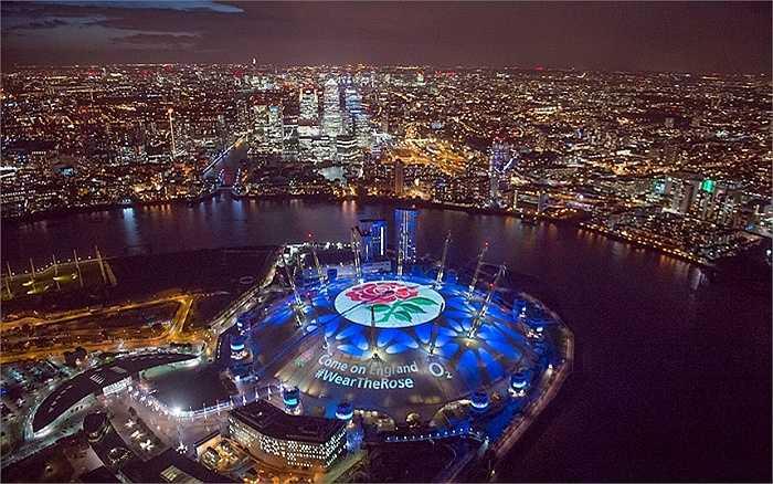 Phần mái của đấu trường O2 ở thủ đô London, Anh biến thành màn hình khổng lồ để người hâm mộ gửi thông điệp tới đội bóng bầu dục Anh