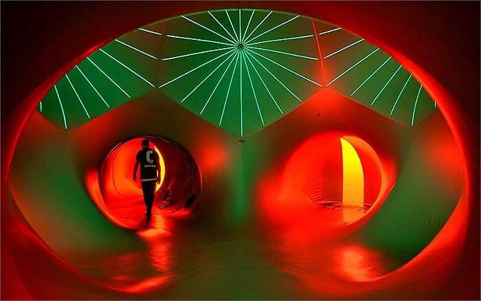 Một du khách đi qua mê cung trong lễ hội âm nhạc Lollapalooza diễn ra tại sân bay Tempelhof, Berlin, Đức